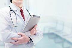 Docteur avec le panneau Images stock