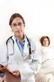 Docteur avec le patient aîné à l'arrière-plan photographie stock