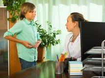 Docteur avec le patient d'adolescent Photographie stock libre de droits