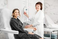 Docteur avec le patient pendant la procédure de purification de sang images libres de droits
