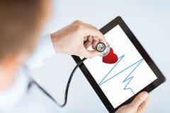 Docteur avec le PC de stéthoscope et de comprimé Photo libre de droits