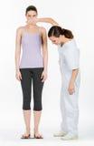 Docteur avec le pesage de femme Photos stock