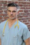Docteur avec le portrait de stéthoscope d'isolement images stock