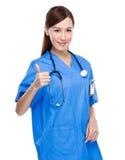 Docteur avec le pouce vers le haut Photos stock