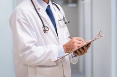 Docteur avec le rapport médical images libres de droits