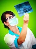Docteur avec le rayon X Image stock