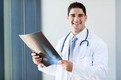 Docteur avec le rayon X photographie stock libre de droits