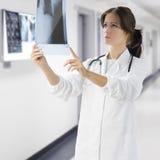 Docteur avec le rayon X Images stock