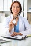 Docteur avec le stéthoscope dans les mains, smilling gai Médecin prêt à examiner et aider le patient Medicin photographie stock libre de droits