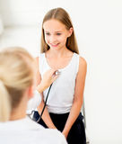 Docteur avec le stéthoscope et la fille à l'hôpital Photographie stock libre de droits