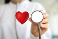Docteur avec le stéthoscope et le coeur rouge Photographie stock libre de droits