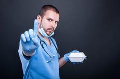 Docteur avec le stéthoscope faisant prendre la pause de midi images libres de droits
