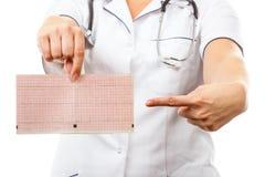 Docteur avec le stéthoscope montrant le graphique d'électrocardiogramme, concept de soins de santé Image stock