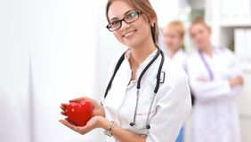 Docteur avec le stéthoscope tenant le coeur, d'isolement sur le fond blanc Photographie stock libre de droits