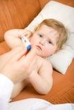 Docteur avec le thermomètre de chéri et de relevé Image libre de droits