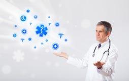 Docteur avec les icônes médicales bleues Photographie stock libre de droits