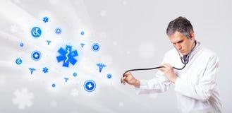 Docteur avec les icônes médicales bleues Images libres de droits