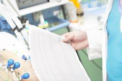 Docteur avec un électrocardiogramme Photos libres de droits