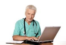 Docteur avec un ordinateur portatif Image libre de droits