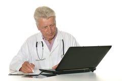 Docteur avec un ordinateur portatif Photographie stock libre de droits