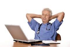 Docteur avec un ordinateur portatif Photos stock