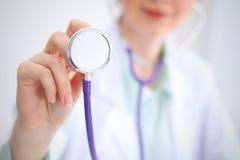 Docteur avec un stéthoscope dans les mains Photographie stock libre de droits