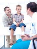 Docteur bandant le pied d'un patient Photos libres de droits