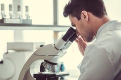 Docteur beau dans le laboratoire image libre de droits