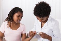 Docteur Checking Girl Sugar Level photo libre de droits
