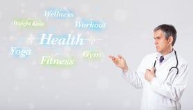 Docteur clinique indiquant la collection de santé et de forme physique de wor Image libre de droits