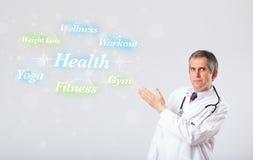 Docteur clinique indiquant le ramassage de santé et de forme physique de wor Image stock