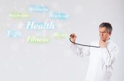 Docteur clinique indiquant le ramassage de santé et de forme physique de wor Photo stock