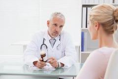 Docteur concentré donnant une prescription photo libre de droits
