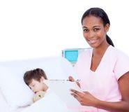 Docteur confiant effectuant des notes sur une planchette photographie stock