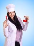 Docteur confiant préparant l'injection photographie stock libre de droits
