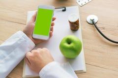 Docteur conseillant la pomme au lieu des pilules et des antibiotiques images libres de droits