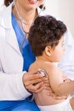 Docteur contrôlant la patiente de chéri Image libre de droits
