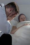 Docteur désespéré s'asseyant près du patient Image libre de droits
