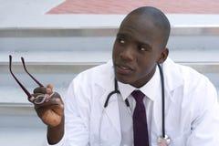 Docteur d'Afro-américain faisant des gestes à l'extérieur Image stock
