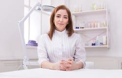 Docteur d'esthéticien de femme au travail au centre de station thermale images stock