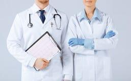 Docteur d'infirmière et de mâle tenant le cardiogramme Photos stock