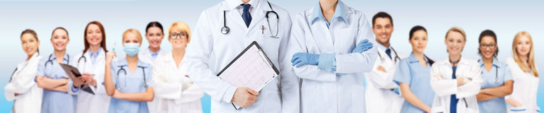 Docteur d'infirmière et de mâle tenant le cardiogramme Photos libres de droits