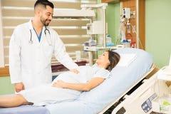 Docteur d'Obgyn faisant des ronds dans un hôpital images libres de droits
