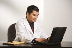 Docteur dans le bureau.