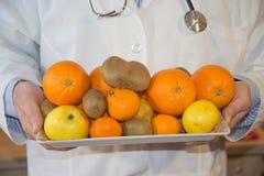 Docteur dans le concept suivant un régime avec des fruits Régime sain de mode de vie avec des fruits frais Images libres de droits