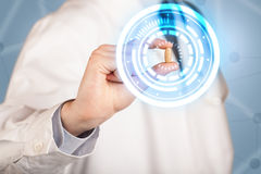 docteur dans le manteau blanc montrant une pilule rougeoyante dans les cercles bleus et blancs photo libre de droits