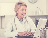 Docteur dans le patient de attente de robe Images libres de droits