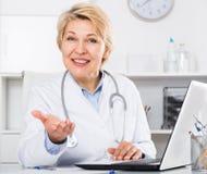 Docteur dans le patient de attente de robe Photographie stock libre de droits