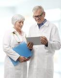 Deux médecins supérieurs dans l'hôpital Image stock