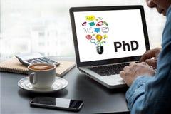 Docteur de doctorat d'obtention du diplôme d'éducation de degré de philosophie photos libres de droits